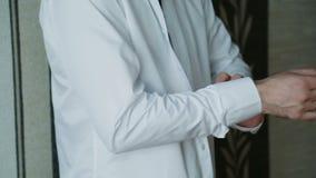 Человек прикрепляет рукав рубашки сток-видео