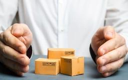 Человек покрывает его руки с картонными коробками или товарами Концепция сохранения безопасности и целостности пакетов и товаров стоковая фотография rf