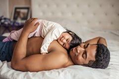 Человек получая удовольствие от лежать с любимой дочерью стоковая фотография rf