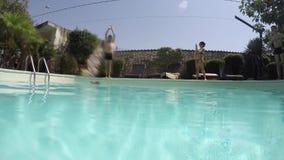 Человек скача в бассейн