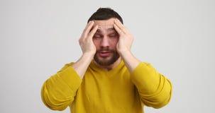 Человек страдая от мигрени акции видеоматериалы