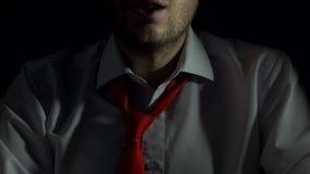 Человек с бородой делает поцелуй с его губами, конец-вверх, секс, намек орального секса, черной предпосылки сток-видео