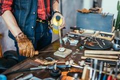 Человек формируя металл закройте вверх по подрезанному фото стоковое изображение