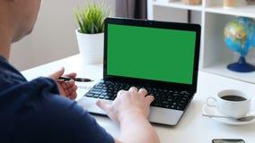 Человек работая на компьютере, зеленый экран Над съемкой плеча видеоматериал