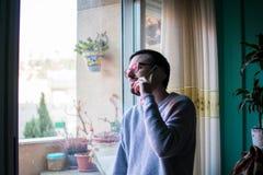 Человек разговаривая с концом телефона вверх по окну стоковые фотографии rf