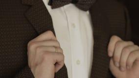 Человек регулирует его куртку сток-видео