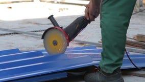 Человек режет металл с точильщиком видеоматериал