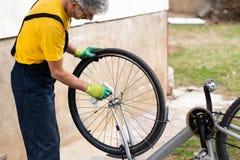 Человек очищая его велосипед на новый сезон стоковое фото rf