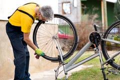 Человек очищая его велосипед на новый сезон стоковые изображения