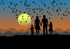 Черные силуэт, родители, сын и дочь стоят на заходе солнца Птицы летая в небо иллюстрация штока