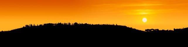 Черный контур тосканских холмов увиденных под светом стоковые изображения rf