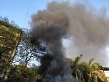 Черный дым приходя из здания горящего стоковые фотографии rf