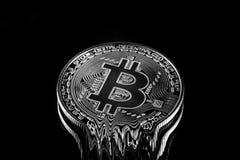 Черно-белая физическая валюта Bitcoin секретная плавя вниз стоковое изображение