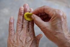 Чистые руки с лимоном стоковое фото