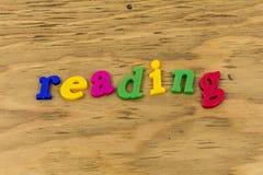 Чтение учит покрашенную пластмассу школы abc знака стоковая фотография rf