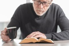 чтение человека книги стоковое изображение