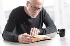чтение человека книги стоковые изображения rf