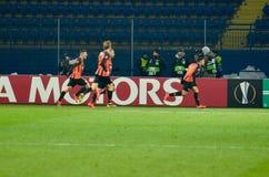 ХАРЬКОВ, УКРАИНА - 14-ое февраля 2019: Футболист Shakhtar празднует цель вести счет во время матча лиги Европы UEFA  стоковое фото