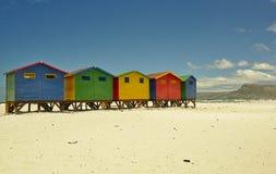 Хижины пляжа Muizenberg маленькие покрашенные стоковое изображение rf