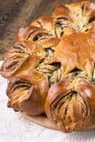 Хлеб макового семенени в форме конца цветка вверх стоковое изображение rf