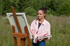Художник красит изображение в поле стоковые изображения rf