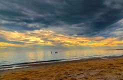 3 храбрых пловца под темно-синим бурным небом стоковое фото