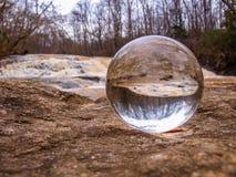 Хрустальный шар переворачивает изображение стоковые изображения