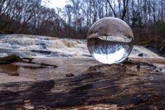 Хрустальный шар переворачивает изображение стоковое фото