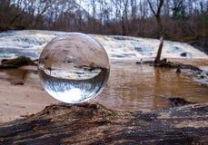 Хрустальный шар переворачивает изображение стоковые фото