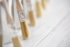 Щетки конца-вверх чистые неиспользованные с консервными банками краски стоковые фото