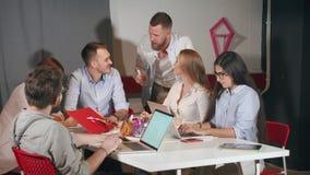 Работа команды молодых энергичных работников в офисе современной компании сток-видео