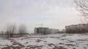 Работа на строительной площадке Рамка построения бетона Рядом кран башни видеоматериал
