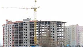 Работа на строительной площадке Рамка построения бетона Рядом кран башни сток-видео