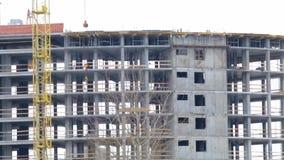 Работа на строительной площадке Рамка построения бетона Рядом кран башни акции видеоматериалы