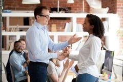 Работник получая хваление от босса пока коллеги аплодируя стоковая фотография