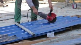 Работник режет металл с точильщиком сток-видео
