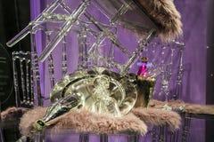 Разбросанные стулья и стекла, бутылки шампанского экспозиция Декоративное шоу-окно Розовые цветы Необыкновенное решение беспорядо стоковые изображения rf