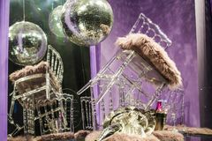 Разбросанные стулья и стекла, бутылки шампанского экспозиция Декоративное шоу-окно Розовые цветы Необыкновенное решение беспорядо стоковые фото