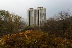 Развитие Esidential домов панели и кирпича Владивостока Улицы спальных зон столицы Дальнего востока стоковая фотография