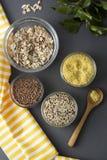Различные сырые хлопья Разные виды гроутов в шарах на серой предпосылке, взгляде сверху, конце вверх Здоровая еда питания стоковое фото