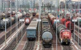 Различные товарные вагоны на нескольких следов стоковые изображения