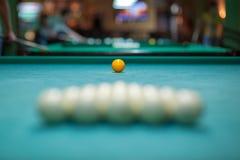 Размещение шариков на таблице билльярда, подготовке для забастовки Клуб биллиардов стоковые фотографии rf