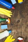 Разнообразие чистящих средств дома на деревянной поверхности, надземном взгляде Сверху, плоское положение Космос для текста стоковое фото rf