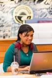Разнообразные женские клиенты используя интернет в кофейне стоковые изображения