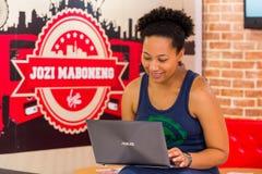 Разнообразные женские клиенты используя интернет в кофейне стоковое изображение