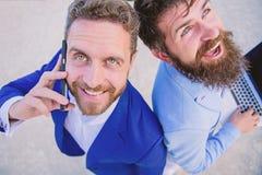 Разрешите проблемы немедленно Конец поддержки специалистов дела онлайн вверх Бизнесмены держат телефон ответа ноутбука счастливый стоковая фотография rf