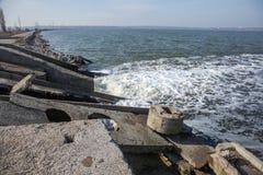 Разрядка грязной промышленной отработанной воды в море Отравление рекреационной зоны распространением заболевания, разрушения фло стоковые изображения