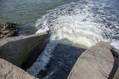 Разрядка грязной промышленной отработанной воды в море Отравление рекреационной зоны распространением заболевания, разрушения фло стоковое фото rf