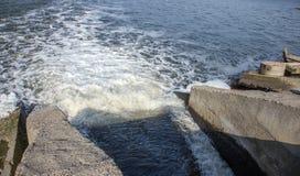 Разрядка грязной промышленной отработанной воды в море Отравление рекреационной зоны распространением заболевания, разрушения фло стоковое изображение rf