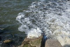 Разрядка грязной промышленной отработанной воды в море Отравление рекреационной зоны распространением заболевания, разрушения фло стоковые изображения rf